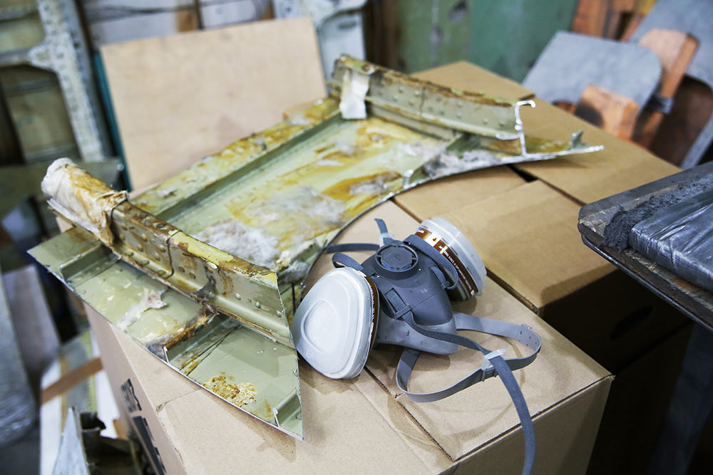 Мастера полируют ишлифуют деталь фюзеляжа самолета. Чтобы довести еедозеркального блеска, могло потребоваться до18часов