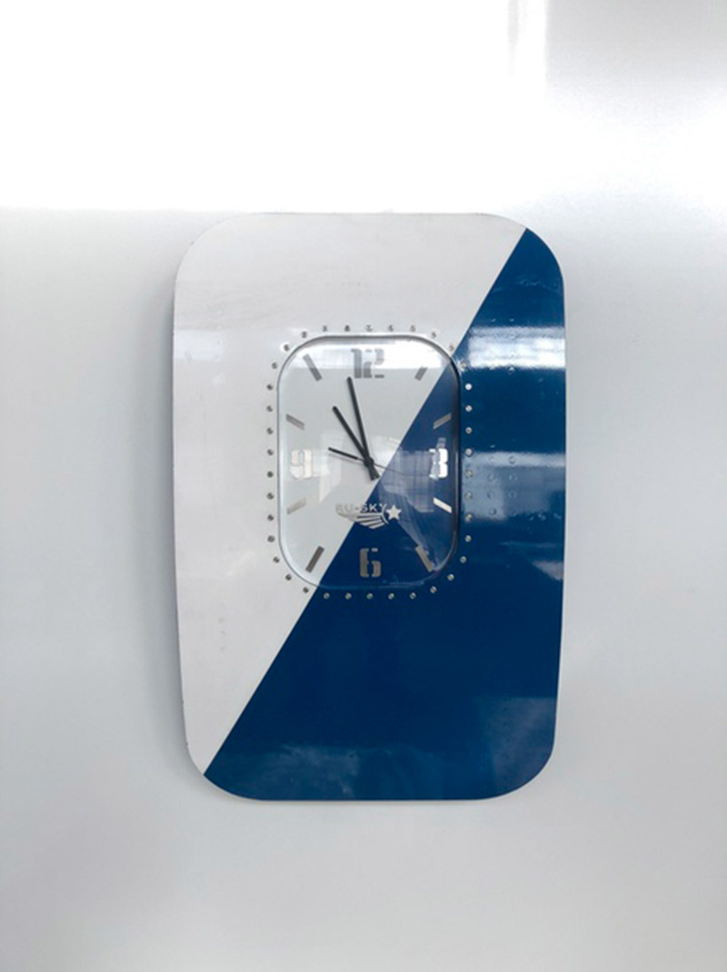 Единственный экземпляр часов, накотором сохранили оригинальную покраску самолета. Предпринимателям понравилось сочетание белого исинего. Стех пор вкаждой партии часов отконкретного самолета сохраняют хотябы одно изделие с частью оригинальной покраски, аеще вмятины ицарапины, чтобы подчеркнуть аутентичность. Эти часы дешевле других — стоят 99тысяч рублей