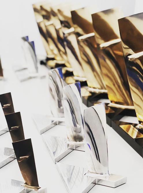 Три комплекта наград изтитановых лопаток турбокомпрессора двигателя дляэкспонентов МАКС-2019: сбронзовым, серебряным и золотым покрытием