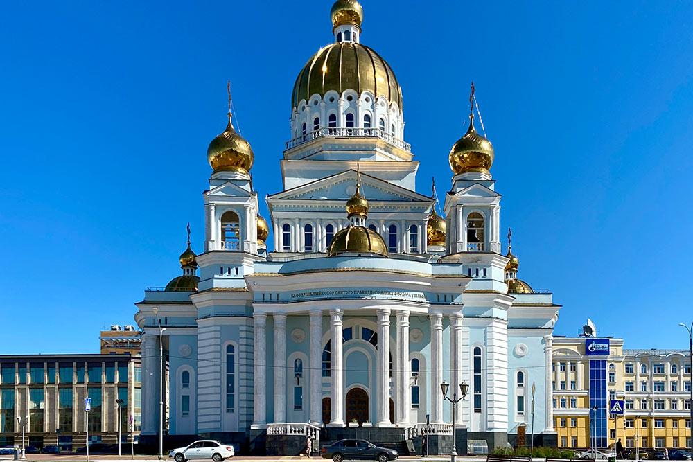 Колокола собора отлиты в Ярославской области по старинной технологии. Самый большой весит 6 тонн. Их звон можно услышать по воскресеньям и праздничным дням