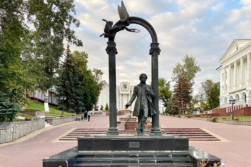 Упамятника Пушкину наФонтанном спуске тоже загадывают желания. Дляэтого надо потереть правую руку поэта
