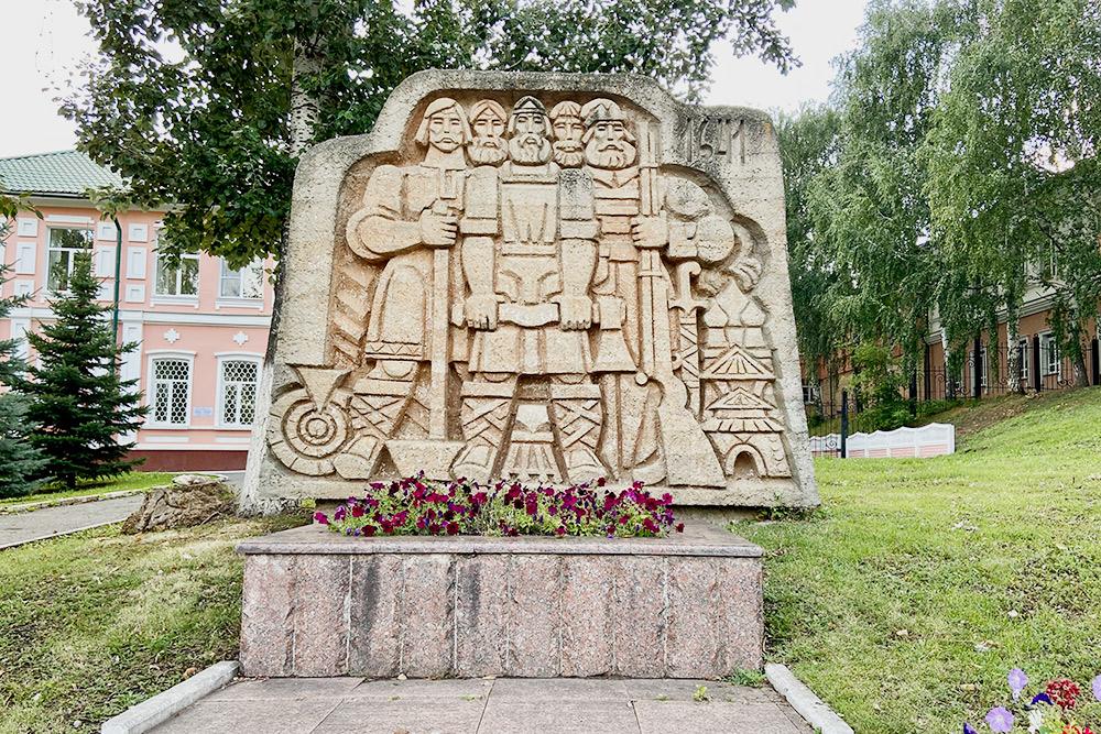 Еще наФонтанном спуске установлен памятный знак основателям Саранска. Вэтом месте в1641году возвели сторожевую башню, которая служила границей крепостного вала идала начало строительству города