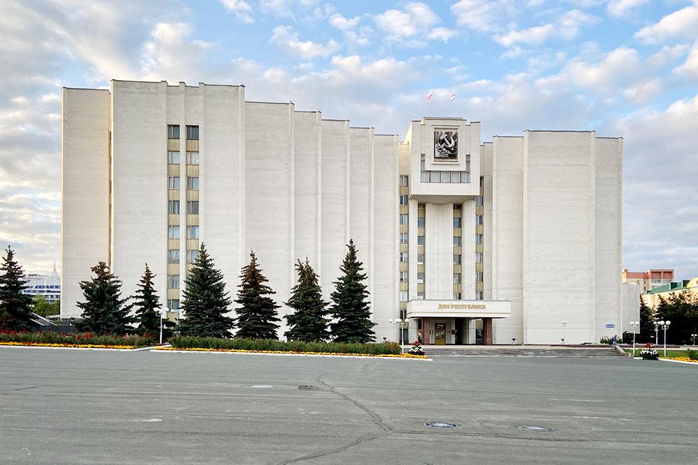 Дом республики, или, как его называют жители города, Белый дом,— резиденция главы Мордовии