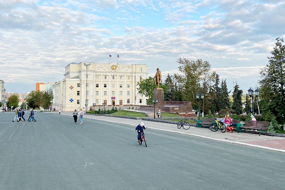 Памятник Ленину установлен наплощади в1960году. После распада Советского Союза его несколько раз пытались снести, новитоге внесли вреестр объектов исторического икультурного наследия Мордовии