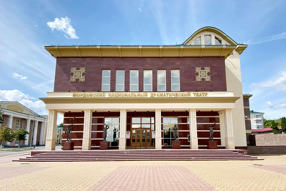 Здание театра оформлено в национальном стиле