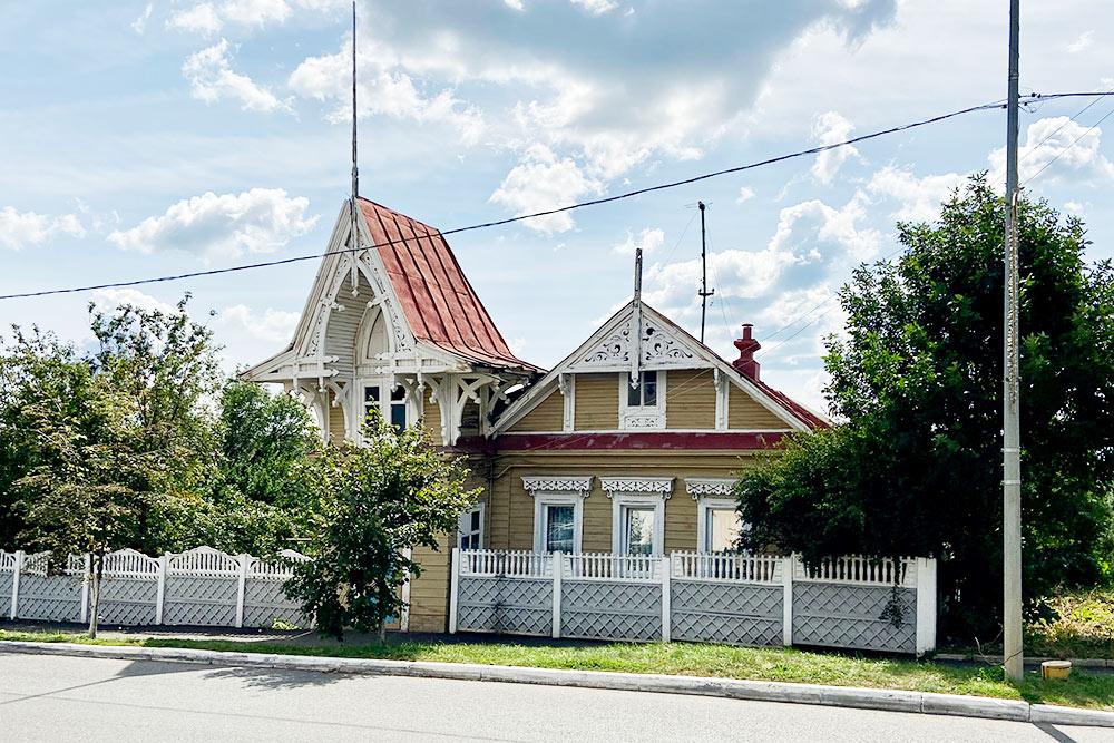 По пути к стадиону «Мордовия-арена» советую посмотреть интересный дом 19 века в стиле барокко. Он находится на улице Советской. В Саранске довольно много деревянных построек. Из-за этого иногда сложно понять, где находишься: толи в столице региона, толи в небольшом селе