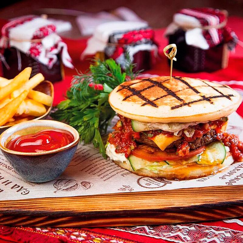 В меню подворья есть необычный «Пачат-бургер» — с мордовскими блинами вместо булок. Он стоит 480<span class=ruble>Р</span> и подается с жареной картошкой. Источник: «Мордовское подворье»