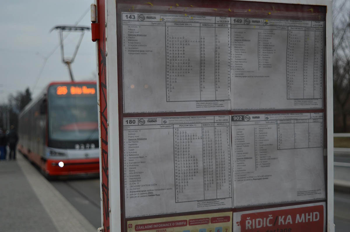 Расписание автобусов и трамваев на остановке