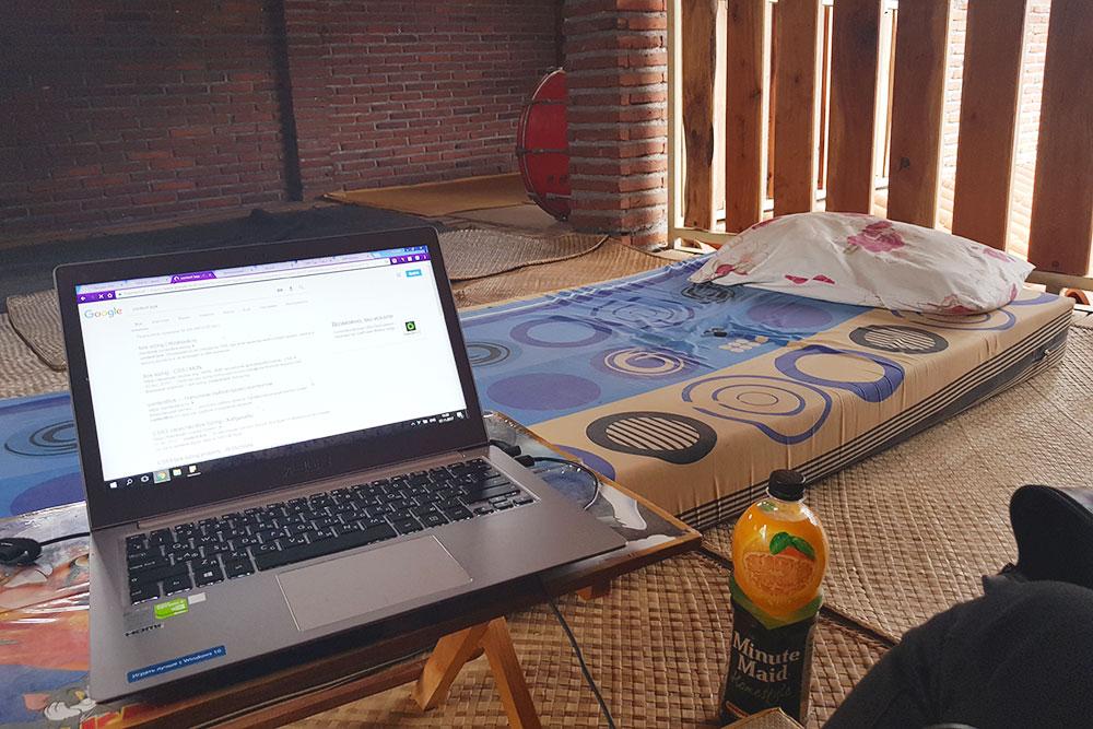 В моем путешествии были и квартиры безванной, и неприятные хостелы, и матрасы на полу. Это каучсерфинг в Маланге в Индонезии
