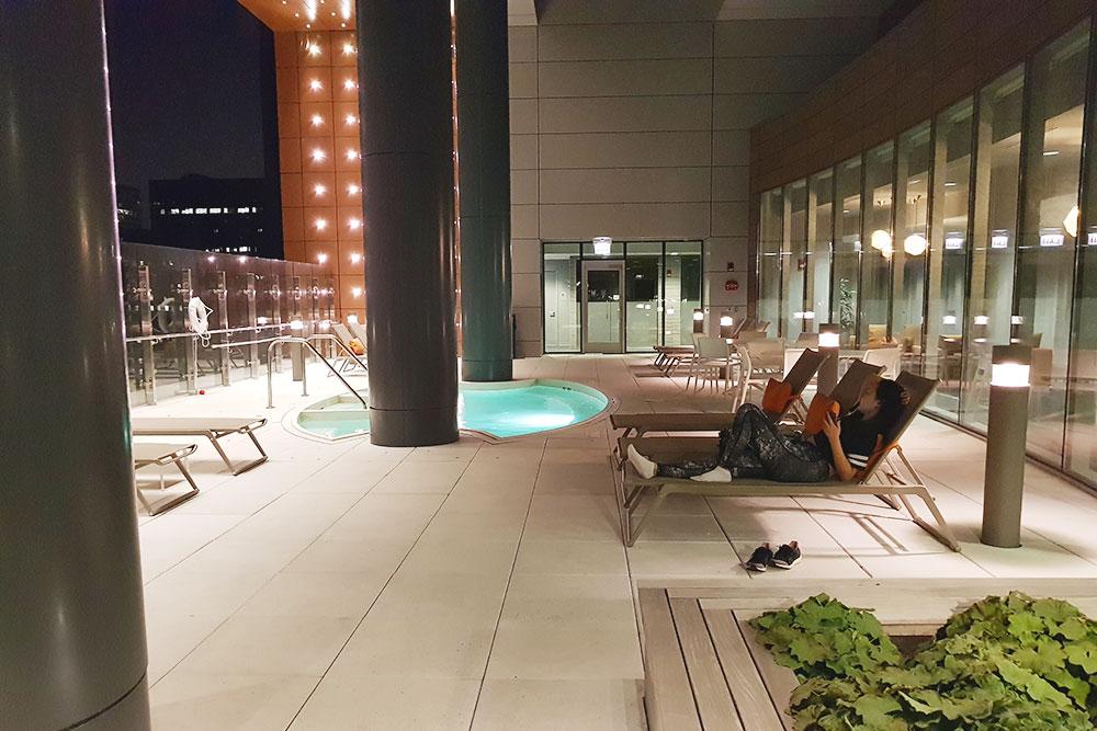Каучсерфинг в Чикаго — это апартаменты с бассейном на 30-м этаже высотки в центре. Вечером мы ходили на стендап в чикагский клуб с проджект-менеджером по кибербезопасности из одной крупной ИТ-компании
