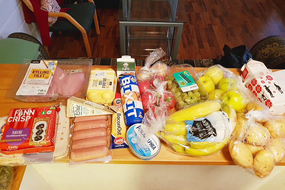 Моя корзина в Норвегии: хлебцы, лаваш, 2 кг курицы, сосиски, яйца, печенье, соус, сыр «Филадельфия», овощи, фрукты. Все стоило около 3000рублей