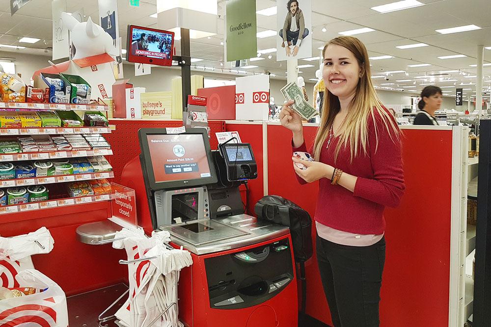На кассе самообслуживания в гипермаркете в Бостоне, США. До этого я никогда непользовалась кассами самообслуживания
