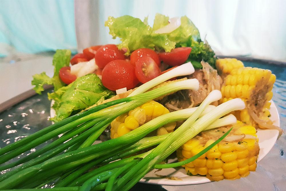 Курица с овощами, которую я приготовила дома. Себестоимость продуктов — 120рублей. Вресторане Вьетнама такое блюдо с напитком стоило бы минимум 400рублей