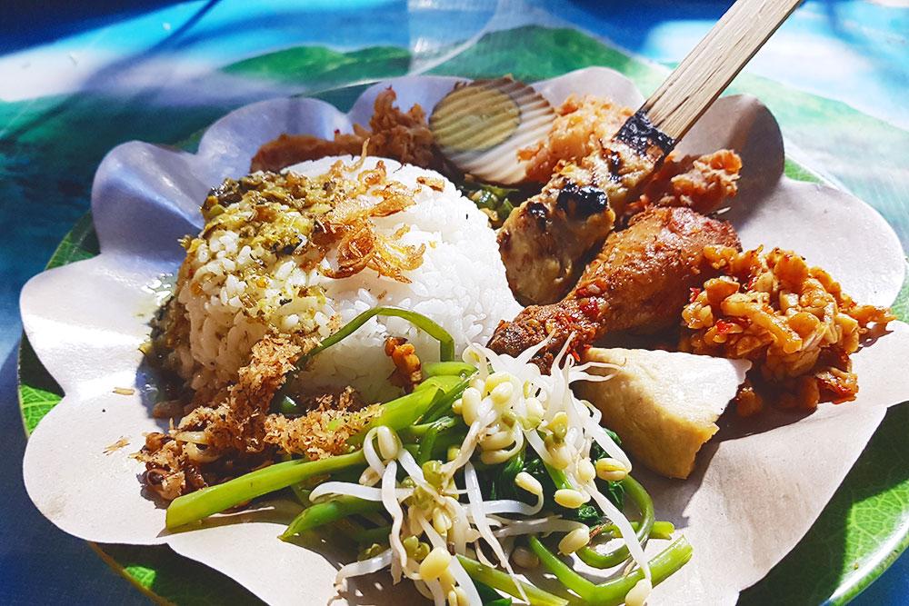Так выглядит любая еда в Азии: рис, немного овощей или ростков, тофу и какое-нибудь мясо. Я всегда брала курицу или рыбу. Такое блюдо стоит около 150—200 рублей