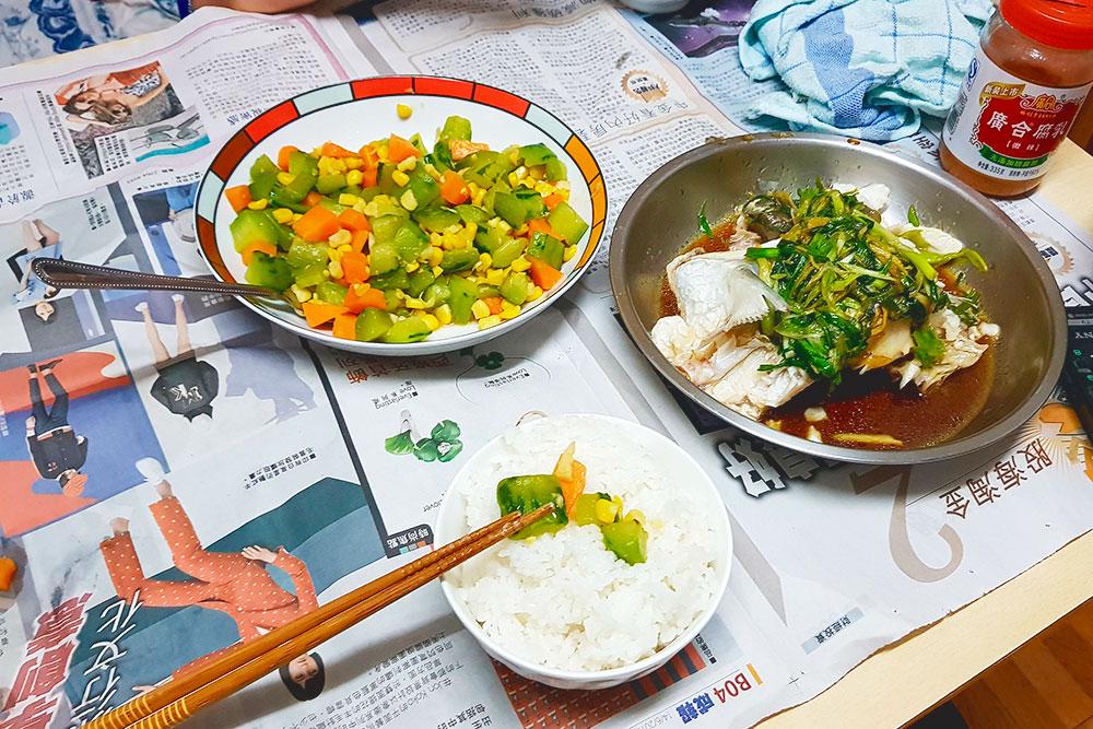 Моя хост из Гонконга приготовила на ужин рыбу, рис и теплый салат из огурцов. Очень вкусно