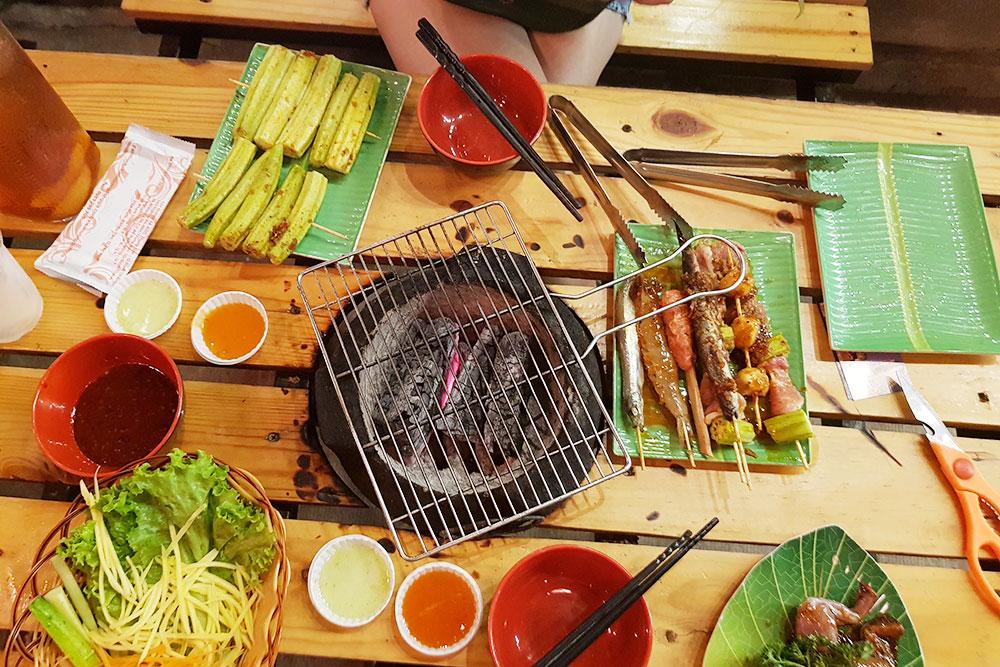Во Вьетнаме я впервые попробовала жареную лягушку — она в нижнем правом углу. Мне принесли маринованное мясо, овощи, и я жарила это на специальном мангале. Было оченьвкусно и необычно. Таких мест во Вьетнаме много