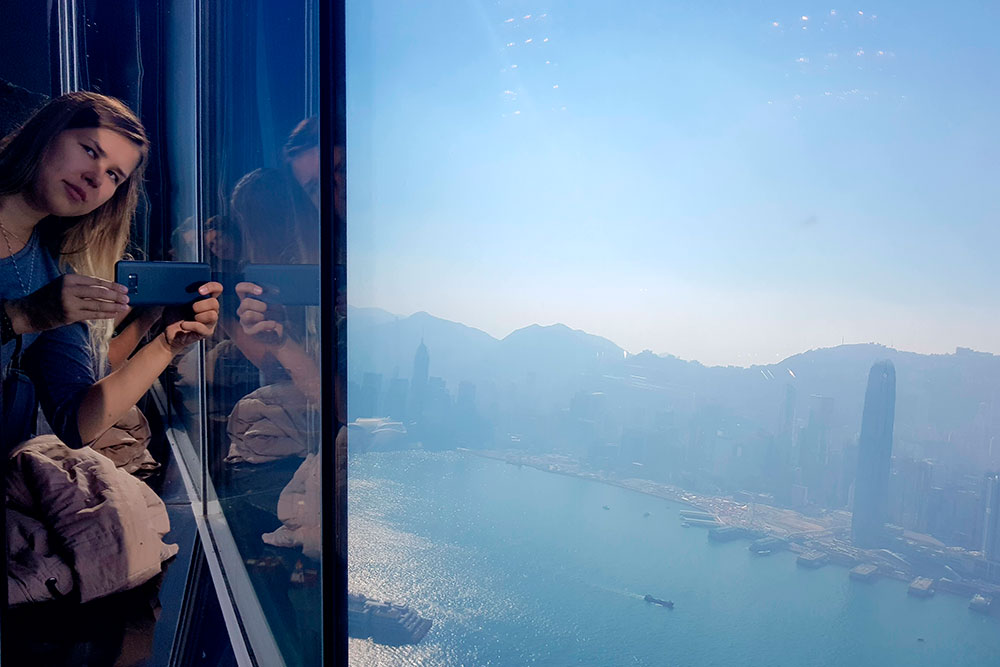 В Гонконге рекомендую сходить в кафе отеля The Ritz-Carlton и взять кофе за 1000 рублей: это дешевле, чем платить за смотровую площадку. Оттуда можно насладиться видом снебоскреба на северную часть Гонконга