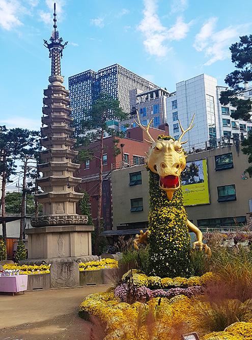 Цветочный дракон охраняет пагоду