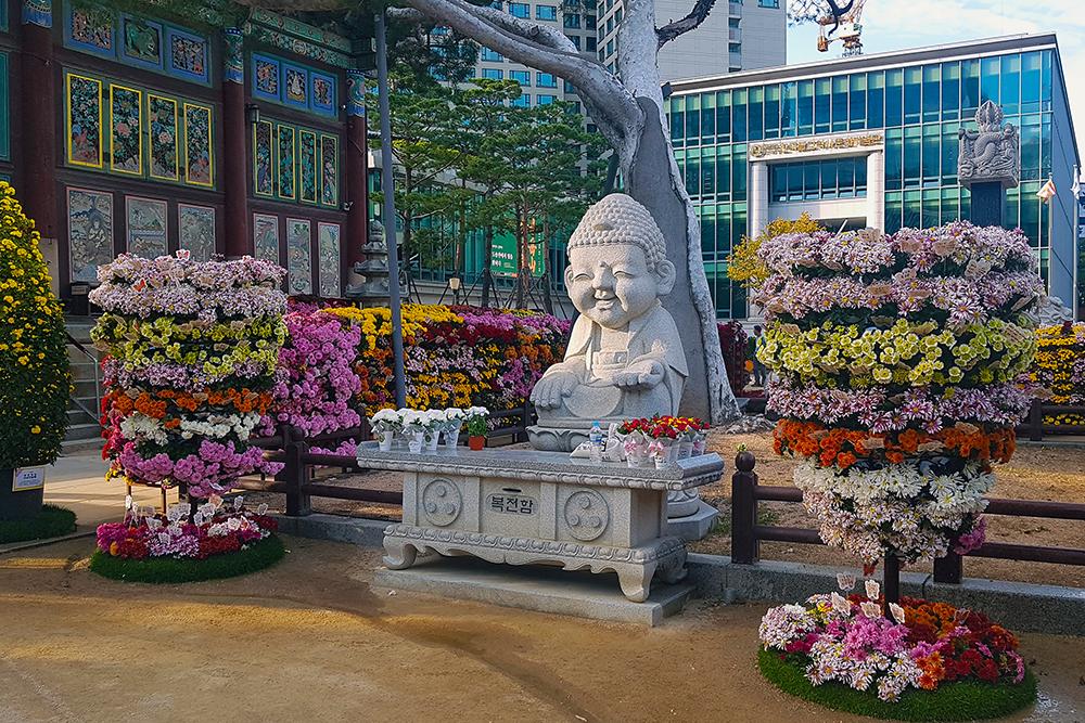 Вся территория храма украшена цветами
