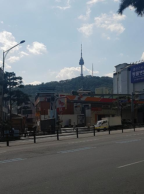 Сеульскую телебашню хорошо видно на подходе к парку Намсан