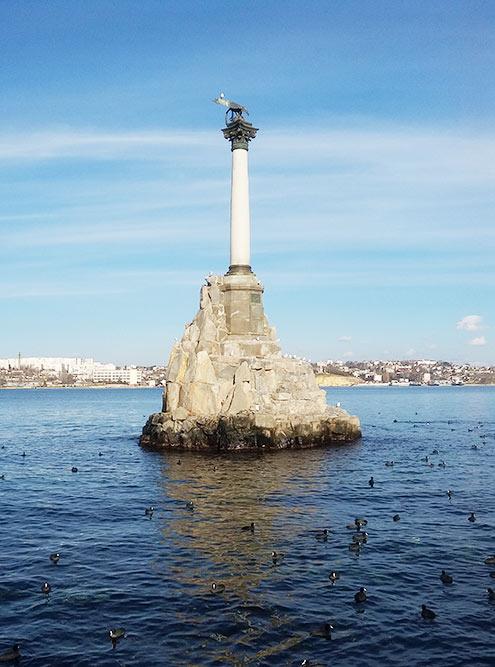 Даже если вы не были в Севастополе, вы точно видели памятник затопленным кораблям на 200-рублевой купюре