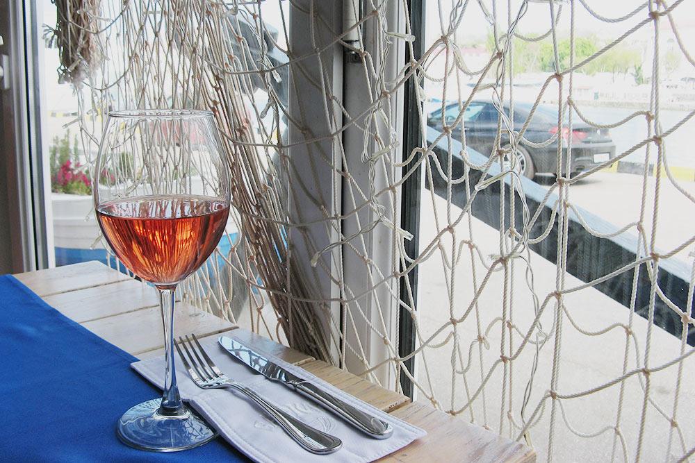 К горячему буйабесу всегда беру бокал розового вина. Идеальное сочетание