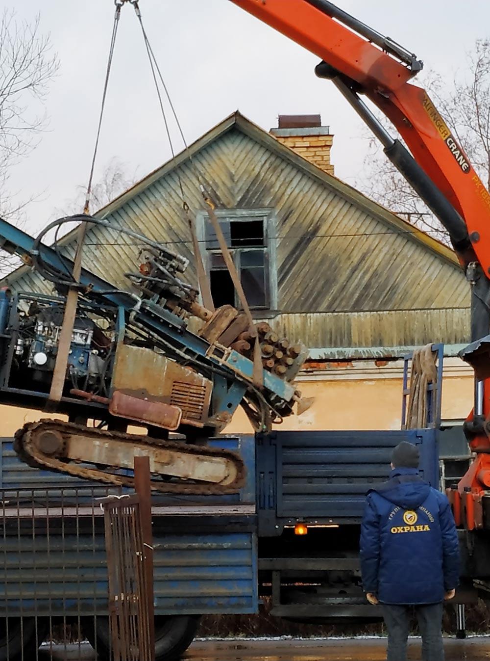 Грузим станок на эвакуатор после завершения буровых работ