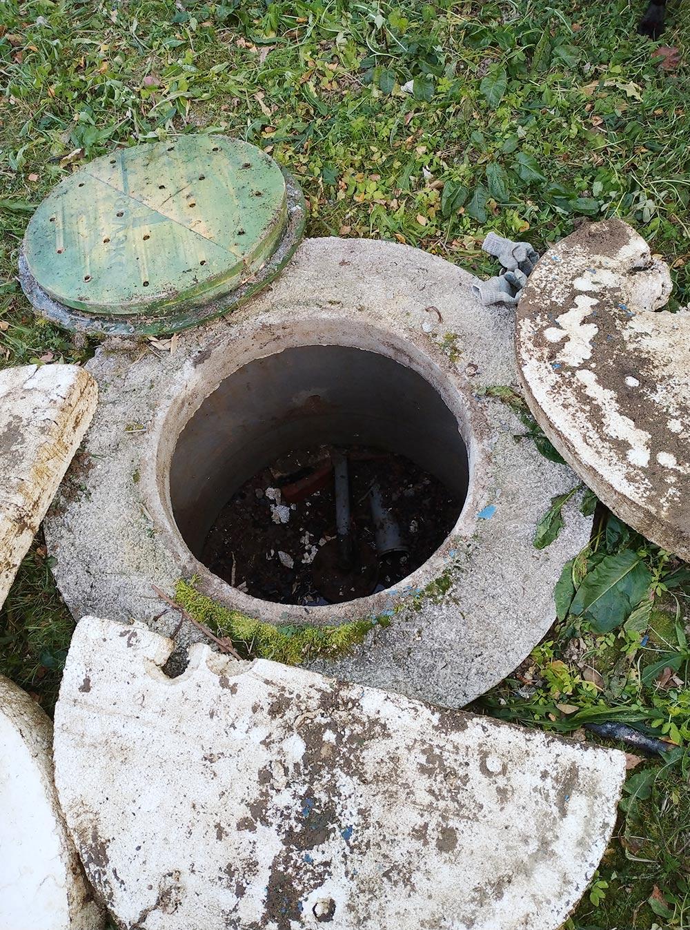 Облагороженная скважина на участке родителей мужа. Это колодец с термоизоляционной крышкой и дополнительная теплоизоляция из пенопласта. Внутри — скважина с оголовком и отводящей трубой, по которой вода поступает в дом