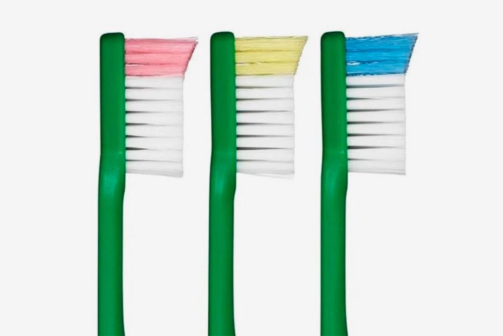 Щетина на конце щетки чуть длиннее — это силовой выступ. Он помогает прочистить дальние зубы