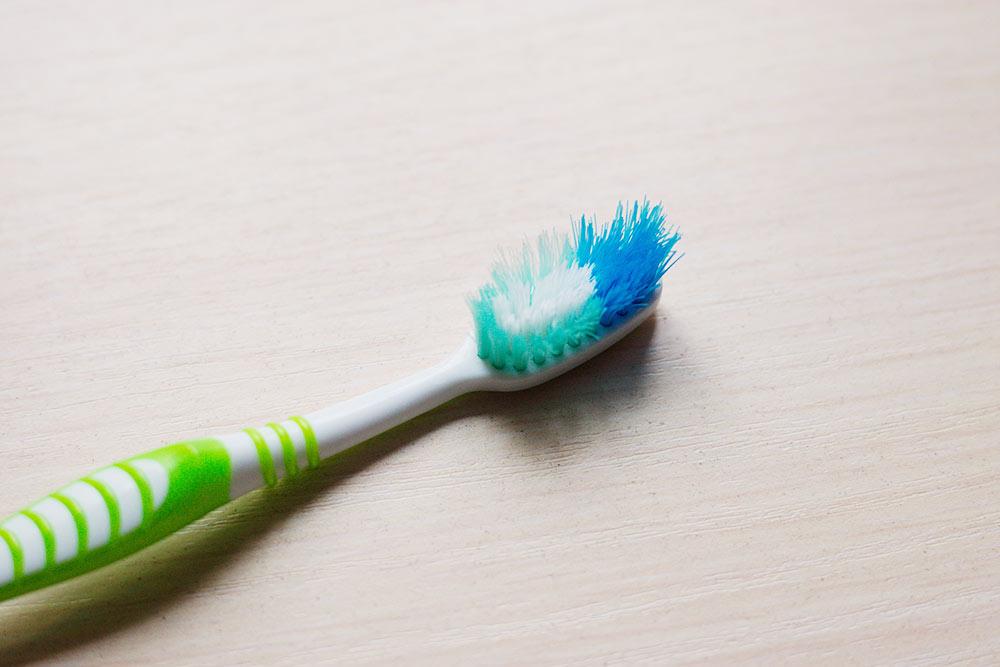 Моя старая зубная щетка выглядела очень плохо — щетина спуталась и растрепалась
