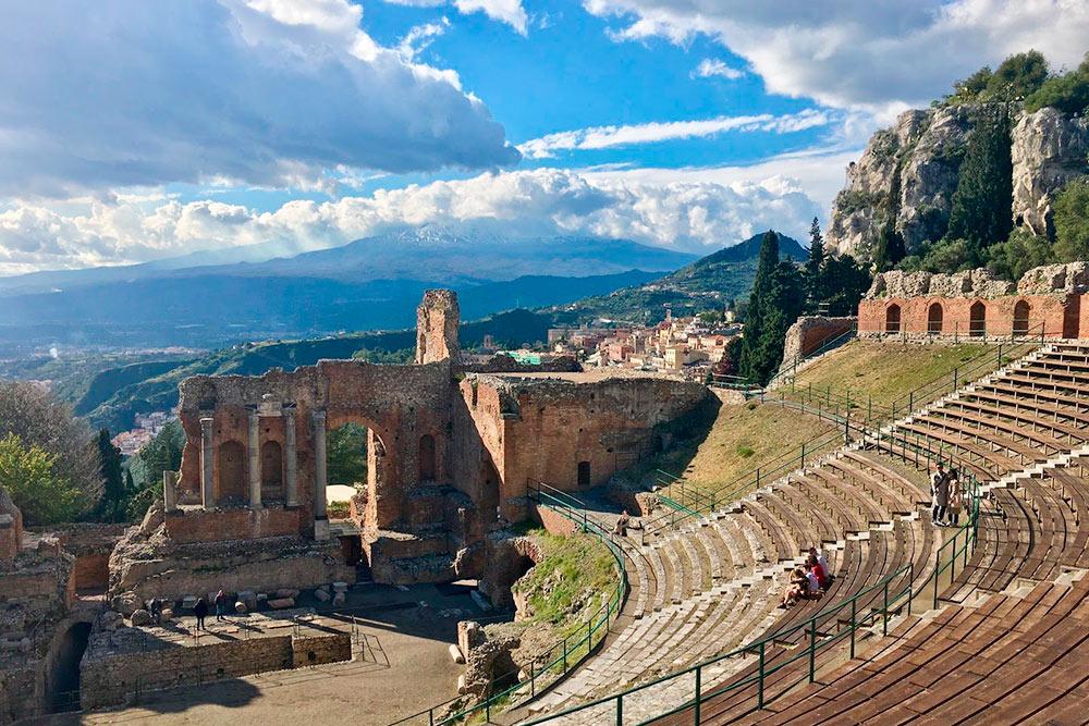 Греческий амфитеатр в Таормине и извергающаяся Этна