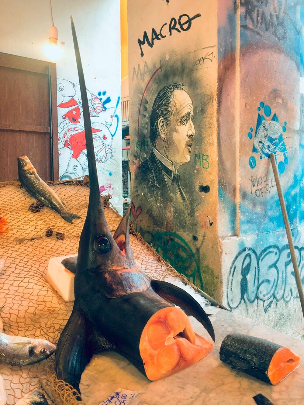 Рыба-меч натуристическом рынке Вуччирия вПалермо