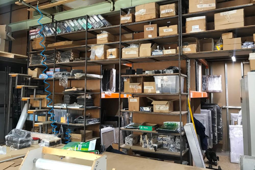 Это часть склада, где хранятся комплектующие дляконструкций. В2013году производство занимало 40м², авянваре 2020года мыработаем уже натерритории 1200м²