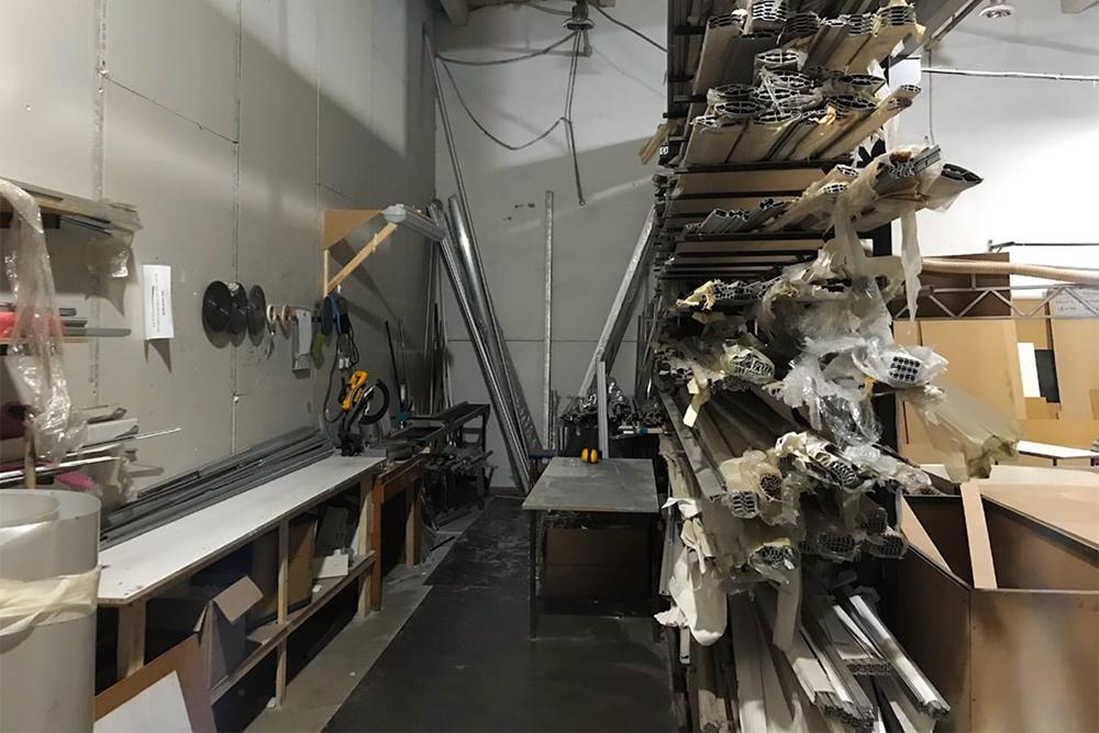 Это сборочный цех. Справа— алюминиевые профили, изкоторых собираем короба, рамки, панели
