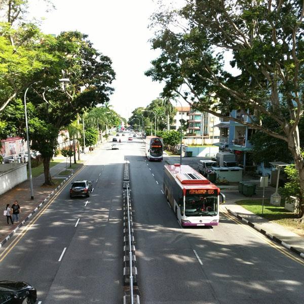 В Сингапуре много двухэтажных автобусов