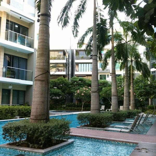 Типичный кондоминиум: территория с бассейном снаружи и интерьер для комфортной жизни внутри