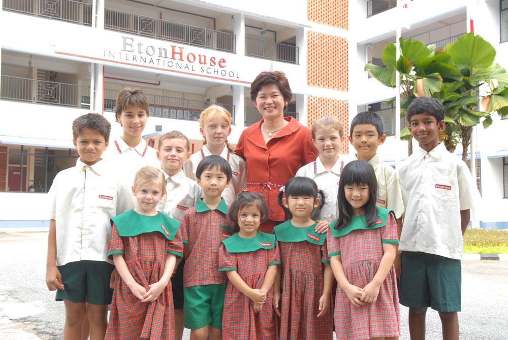 Типичная картина для частного учебного заведения: многонациональный состав, школьная форма, своя территория. Источник: etonhouse.com.hk