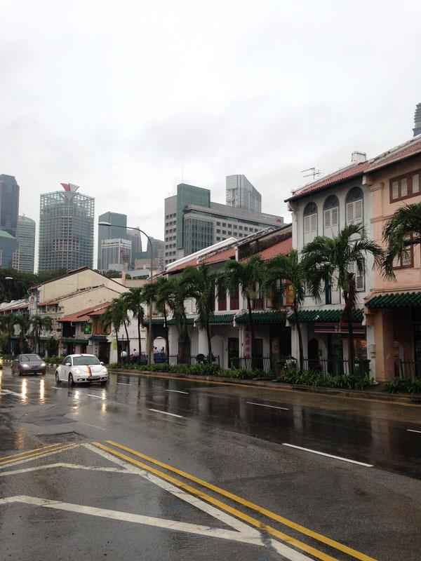 В Сингапуре очень часто идет тропический дождь, при этом на улице +30 °C