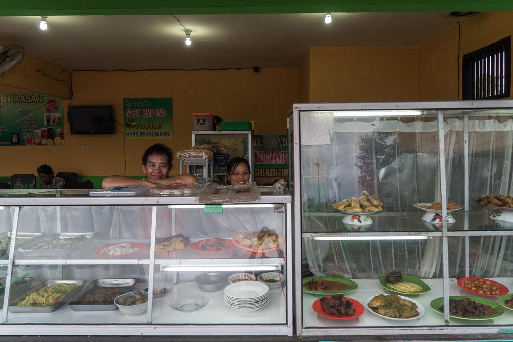 Дешевые придорожные кафе по-индонезийски называются «варунг», подают рис и жареные овощи, курицу, рыбу