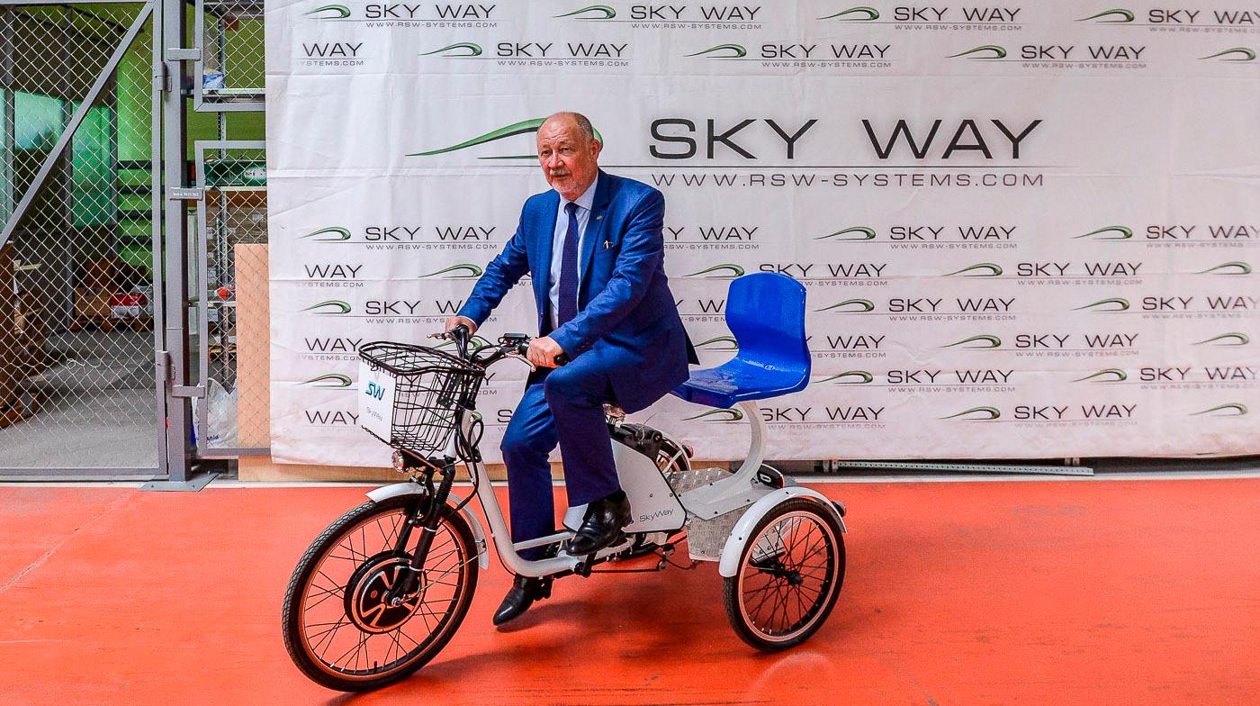 Анатолий Юницкий, который называет себя изобретателем «струнного транспорта». Фото onliner.by