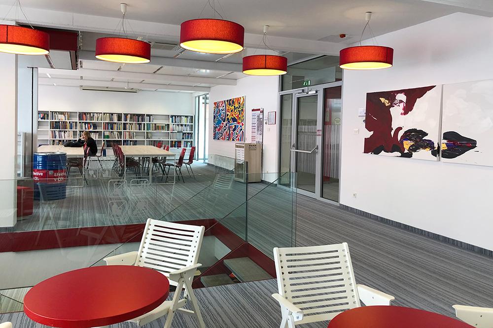 Читальный зал библиотеки, он же коворкинг, он же лаундж