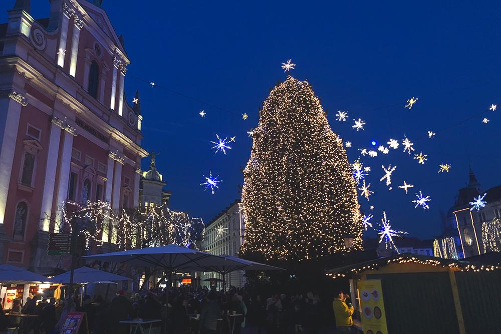 Рождество и Новый год можно встречать без шапки, но есть елка и немного снега — все как положено