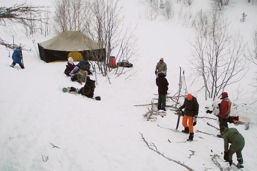 Снега бывает очень много. Вот тут мы уже утоптали лагерь, новсе равно периодически проваливались по пояс. Костер развели наметаллической сетке: доземли недокопали. Нафото он справа