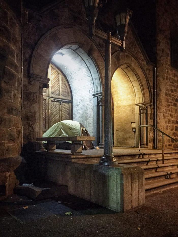 Палатка бездомного у входа в здание