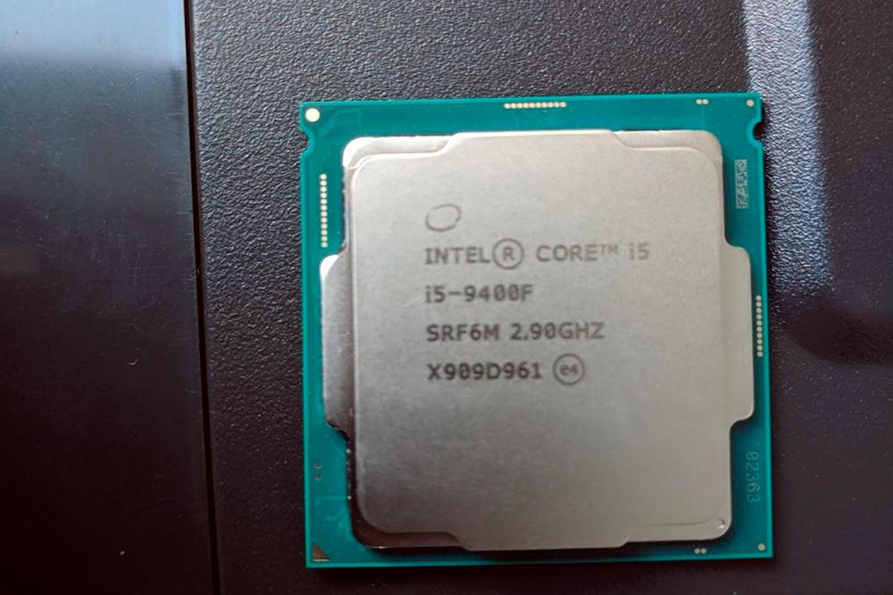 OEM-процессор присылают просто замотанным в поролон. Внимание: не трогайте заднюю часть с контактами, иначе они начнут окисляться