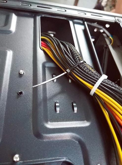 Собрали провода стяжками