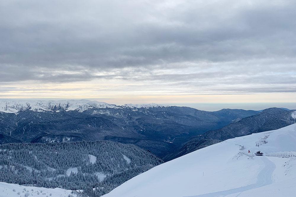 Вид с вершины Роза Пик зимой, за горами — море