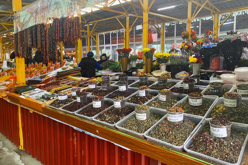 Сухофрукты, чай и специи на Центральном рынке в Адлере продают в неимоверных количествах