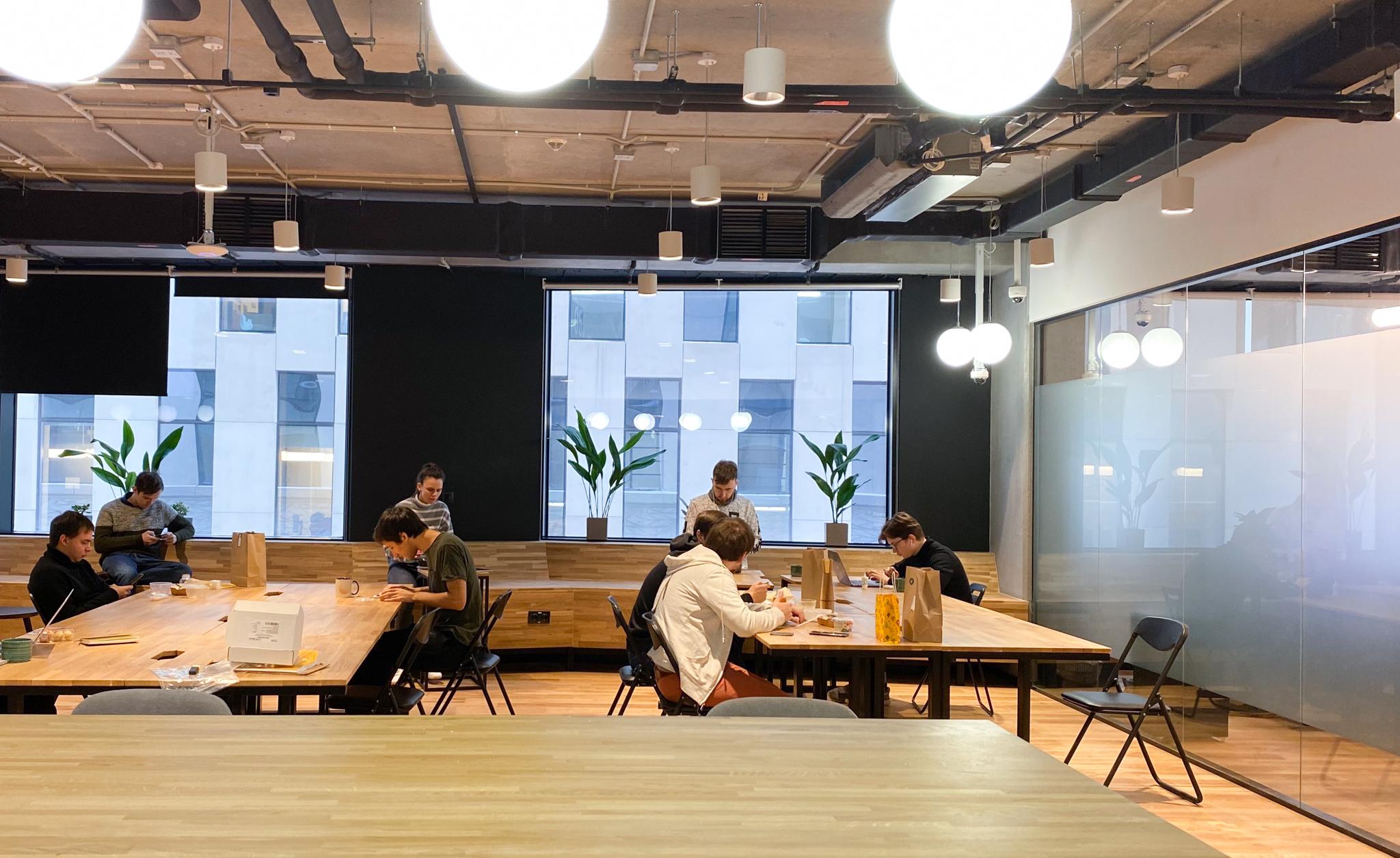Посередине этажа небольшая кухня и холл со столами. Тут мы обедаем и работаем, если хотим немного сменить обстановку