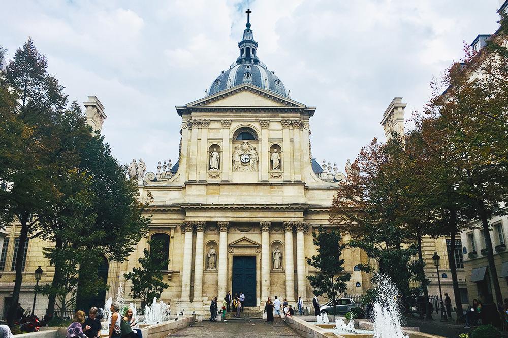 Часовня Святой Урсулы находится рядом с одним из самых старых кампусов Сорбонны. Архитектор — Жак Лемерсье, 1642год